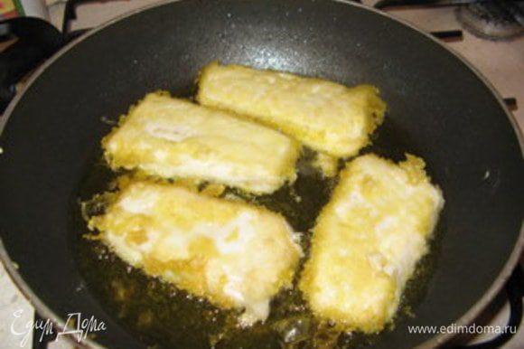 Нагреть в другой большой сковороде арасисовое масло. Проверить готовность масла к фритюру можно следующим образом:опустить кончик деревянной палочки в сковороду; если палочка начнёт притягивать пузырьки, масло готово к жарке. Достать филе из кляра и обжарить 3-4 минуты.