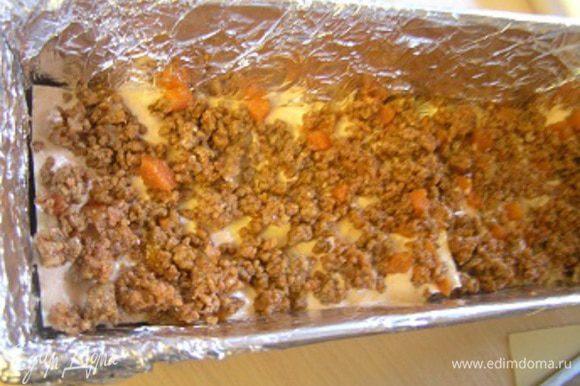 Выложить листы лазаньи, затем соус болоньезе и розовый соус.