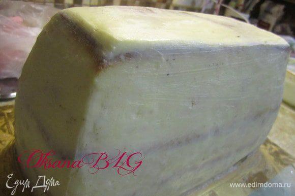 Покрыть торт масляным кремом (200 гр. масла + 4 ст.л. сгущенного молока). Хорошо выровнять, можно в 2-3 этапа.