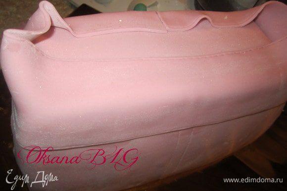 Смазав водой прикрепить на верх торта.