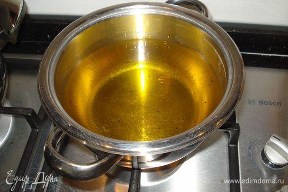 Пока мясо готовится,займемся баклажанами.Берем кастрюлю и подогреваем наше подсолнечное масло.