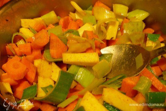 Морковь и пастернак нарезаем кубиками и добавляем в кастрюлю, обжариваем все вместе пару минут. Заливаем бульоном и варим на среднем огне до мягкости овощей. В конце добавляем томатную пасту.