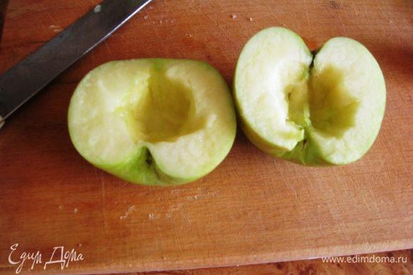 Яблоки режем пополам, вырезаем сердцевину и режем дольками.