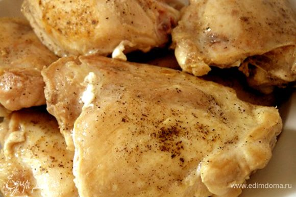 Выложить обжаренную курицу в миску.