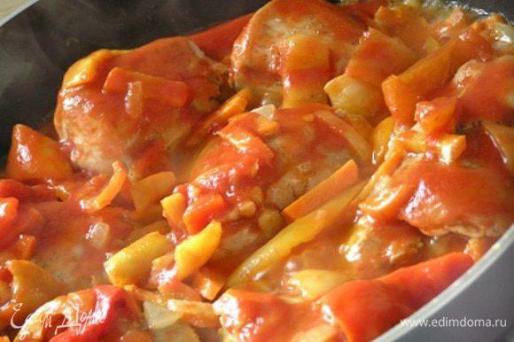 Добавить томаты (у меня лечо), довести до кипения, посыпать базиликом, тимьяном и лавровым листом,
