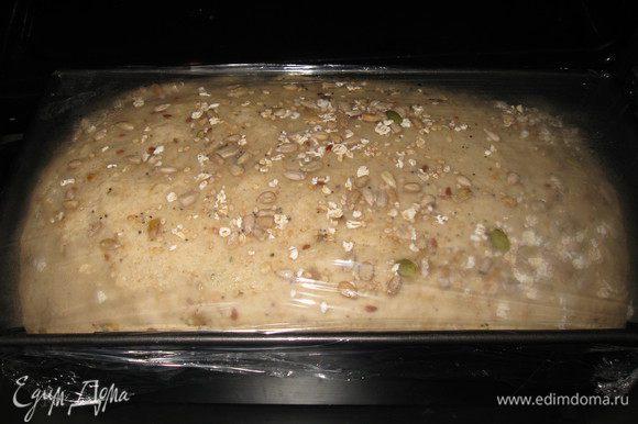Переложила готовое тесто в форму, накрыла пленкой дала подойти 20 мин, затем смазала водой и посыпала семенным миксом.