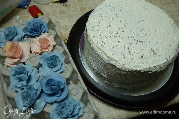Собрать торт, обмазать кремом сверху. Только быстро а то он быстро застывает.