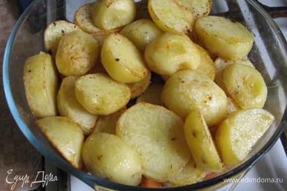 Выкладываем картофель сверху на мясо с морковью, присаливаем и убираем в микроволновку на 15 минут. Все! Готово.