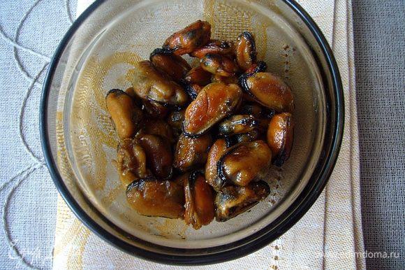 На сковороде хорошо прогреть оливковое масло, опустить туда перцы чили целиком и раздавленный ребром ножа чеснок. Обжаривать на среднем огне до золотистого цвета. Засыпать мидии (можно не размораживать), обжаривать их пока не оттают, затем добавить устричный соус и продолжать обжаривать ещё минут 5. Солить не нужно, так как в соусе соли достаточно. Вот столько мидий у меня ушло в суп (для украшения я уже отложила).