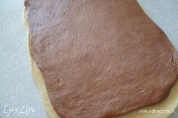 Светлое и шоколадное тесто делим на 3-4 части.Раскатываем один светлый и один темный прямоугольник примерно 20Х40см. и накладываем один на другой,слегка прижимаем скалкой их друг к другу.