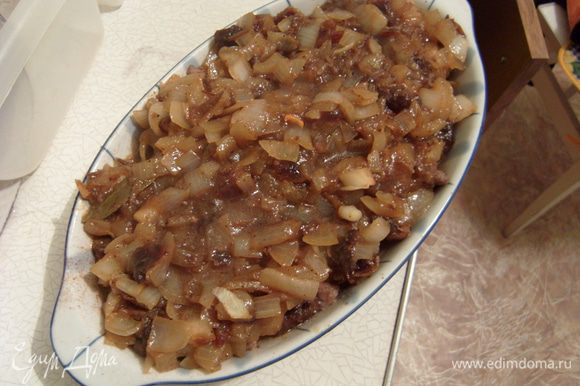 Выложить массу со сковороды поверх кусков свинины. Закрыть форму фольгой.