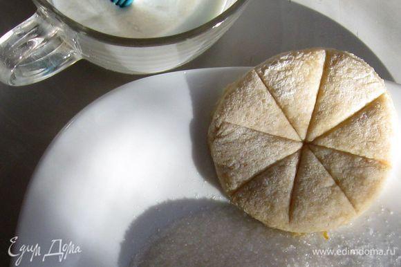 Добавить вначале муку высшего сорта .Соду, погашенную лимонным соком, корицу и немножко соли. Затем -цельнозерновую муку. Выместить некрутое тесто.Раскатать слоем 1 см. Стаканчиком вырезать коржики. Тупой стороной ножа нанести узор снежинка. Кисточкой смазать каждый коржик молоком и обмакнуть одной стороной в сахар.