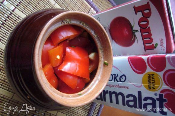 Болгарский перец режем крупными кусочками, выкладываем заключительным слоем. Теперь подготовим соус, в котором всё будет томиться. Я взяла томатный соус из протёртых помидоров и молоко, потому что бульон у меня был довольно насыщенный утиный. Если бульон овощной, то можно взять сливки для соусов от 10 до 23% жирности. Смешаем соус и молоко (сливки), приправим солью и смесью перцев, распределим по горшочкам.