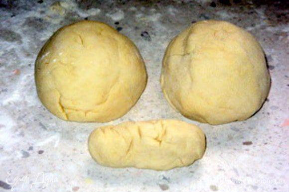 В миску всыпать муку, в середине сделать углуюление и влить молоко с дрожжами. Хорошо перемешать. Перенести на рабочую поверхность, присыпанную мукой, и вымесить тесто. Готовое тесто разделить на 4 шарика и отщипнуть немного теста на «верёвочки» для будуших хлебных «мешочков».