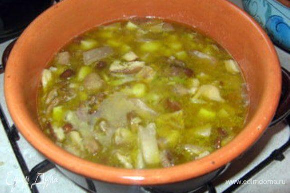 Влить вино и дать ему выпариться. Влить горячий бульон и поварить всё вместе под крышкой около 30 минут или пока грибы и картофель не дойдут.