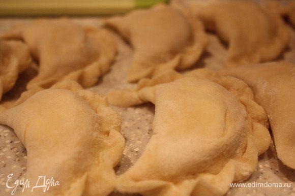 Скатываем его колбаску и режем на кусочки толщиной в 1 см(мы любим вареники крупные).Раскатываем в кружочки и кладем начинку.В несколько вареников кладем в начинку на удачу клюкву или изюм.