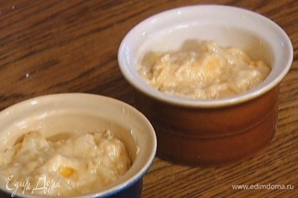 Формы для маффинов смазать оставшимся маслом и наполнить их тестом на 2/3 объема.