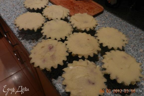 Накрыть формы «крышечками» из пюре, намазать их яйцом. Отправить в горячую духовку на 30 минут.