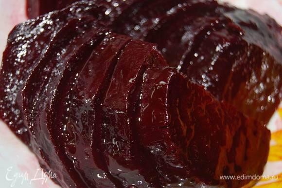 Запеченную свеклу нарежем дольками и замаринуем в смеси оливкового масла и бальзамического уксуса.