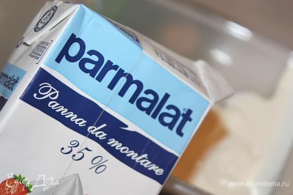 """Хорошо охлажденные сливки взбить миксером на больших оборотах. Со сливками """"Parmalat"""" работать в удовольствие, взбиваются очень быстро экономя время хозяйки. Взбитые сливки добавить к творожно-сырной массе."""