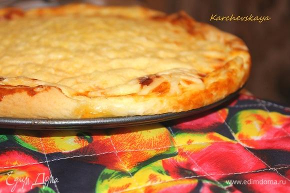 Пирог лучше кушать в теплом виде. Я СЛИШКОМ щедро присыпала сыром, и у меня получилась такая ХоРоШаЯ сырная корочка.
