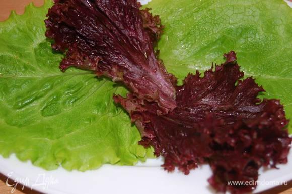 Подготовим листья салата.
