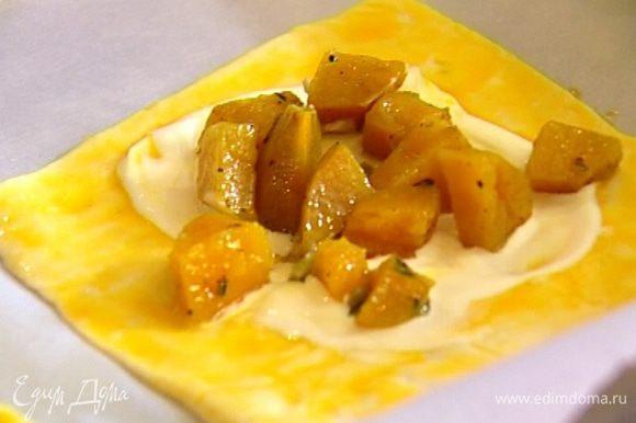 Вынуть картофель из духовки и разложить его на галеты по центру, на сметанные круги.