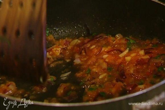 Приготовить соус: в отдельной сковороде разогреть оставшееся оливковое масло и обжарить лук и чеснок, добавить натертые помидоры, посолить и посыпать кинзой, затем снять с огня и слегка поперчить. Подавать тефтельки с соусом из помидоров.