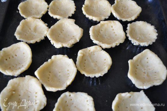 Тесто уложить в формочки для выпекания,проколоть вилкой и отправить в разогретую до 180 С духовку на 20 мин.