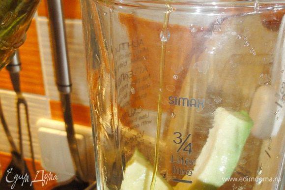 ...и положить в блендер. Добавить, сок лайма, оливковое масло и взбить до однородной массы.