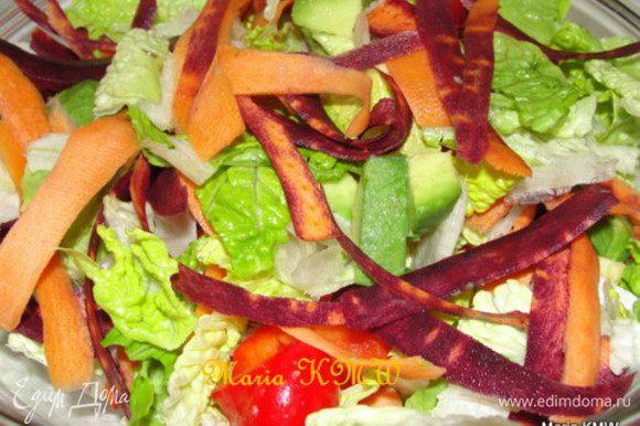 Обмоем, высушим салат бумажным полотенцем. Почистим морковку и паприку, а так же авокадо. Салат порвем на кусочки. Режем кубиками паприку, авокадо. Ножом для чистки картошки порежем морковь на длинные полоски.