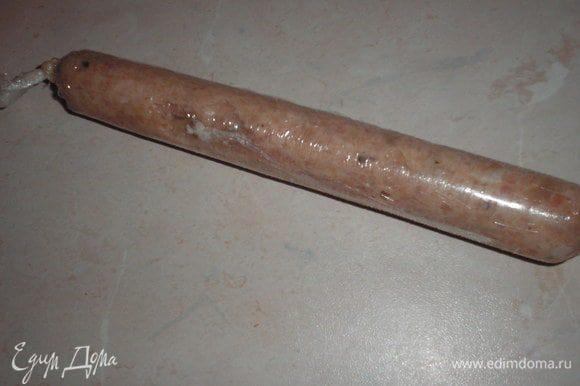 акуратно закручиваем колбаску в пленку, придерживая с двух сторон. Выдавливаем воздух и закручиваем по боках колбаску нитками. Закрутить колбаску нужно очень хорошо, что-бы потом в процессе варки она не разлетелась.