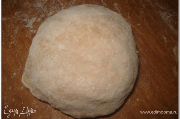 Придать тесту форму шара, завернуть в пленку и положить в холодильник на 30 мин.