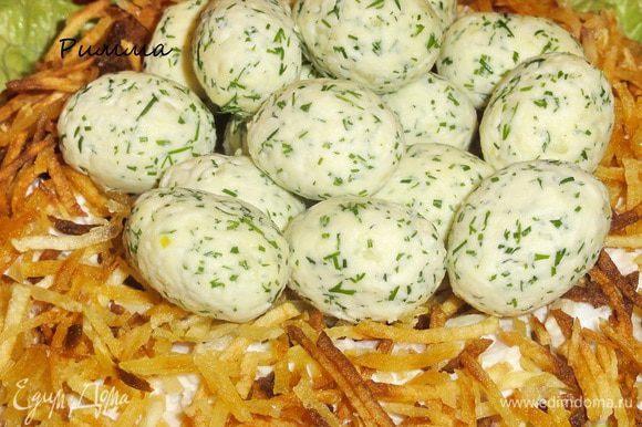 В углубление положить «яйца глухаря». Салат очень хорошо смотрится на праздничном столе)))
