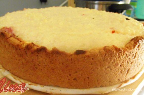 Выпекайте 40 минут. Готовому пирогу дайте полностью остыть. Падавать можно полив соусом