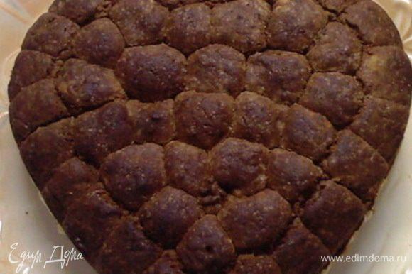 С темного теста катаем шарики и во внутрь шариков кладем цукаты.Шарики выкладываем в форму и печем