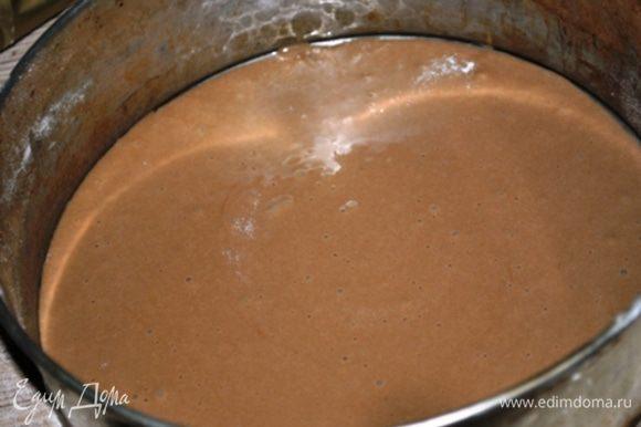 Во взбитые яйца, продолжая взбивать по ложке вводить муку, затем растопленный шоколад. Получается довольно жидкое тесто. Форму диаметром 22 см. смазать маслом. Выложить третью часть теста и выпекать при 180 гр. 15-20 минут. Готовый корж охладить в течение 10-ти минут и вынуть из формы. Испечь еще 2 коржа.