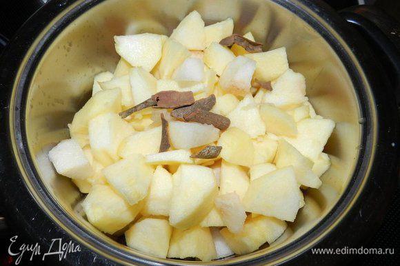 ПЮРЕ ДЛЯ ФРУКТОВОГО БАВАРСКОГО КРЕМА. Груши и яблоки очистить от кожуры и сердцевины. Нарезать фрукты кубиками со стороной 2см. Сложить фрукты в большой сотейник, добавить палочку корицы и 15мл воды. Готовить под крышкой до готовности. Удалить палочку корицы, а затем пюрировать фрукты блендером. Остудить пюре до комнатной температуры