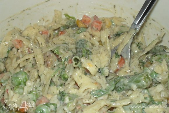 Приступаем к начинке=) Сыр трем на крупной терке, нарезаем зелень петрушки, добавляем чесночный соус, наши овощи, приправы и тщательно перемешиваем.