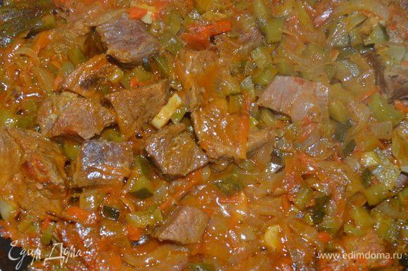 Приготовление: Обжарить на оливковом масле мясо и тушить в небольшом количестве жидкости на маленьком огне до полной мягкости ( около 1,5 часов). Выпарить жидкость. Долить немного масла положить нарезанный полукольцами лук, крупно натертую морковь, мелко порубленный чеснок и все обжарить, налить немного воды, прокипятить, добавить нарезанные кубиками огурцы, томатную пасту, соль, специи и зелень, при необходимости добавить воды, прокипятить. В качестве гарнира можно падать перловую или пшенную кашу ( способ приготовления на упаковке), картофельное пюре. МИР ВАМ.
