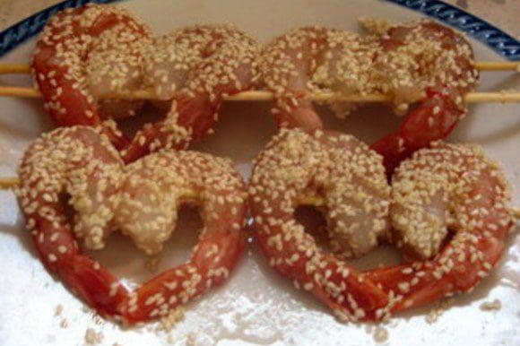 Взбить белок вилкой. Обмакнуть креветки в белок и обвалять в семенах кунжута. Обжарить в кипящем масле и подать с соусом.