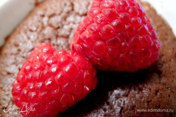 Для тех, кто не очень любит сладко-горькое сочетание, порекомендую вдвое уменьшить количество сахара и какао, а немного увеличить количество муки. Алкоголь можно добавлять любой, какой предпочитаете, либо обойтись без него. И очень рекомендую ягоды или цитрусовые как дополнение - невероятно вкусно!