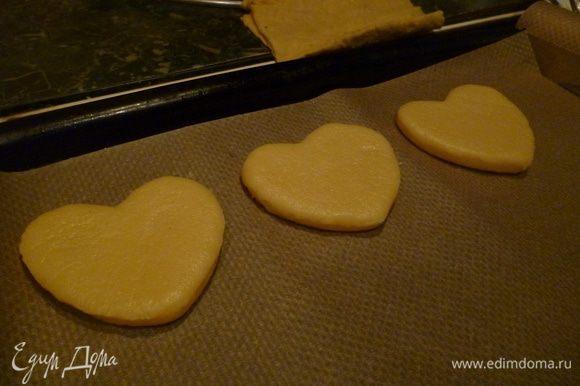 Разогреть духовку до 180 градусов. Разложить печенье на пергамент и выпекать 20-25 минут.