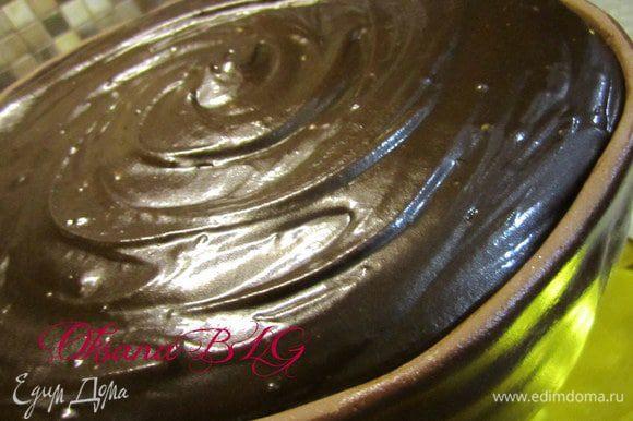 Залить помадку на верх торта.