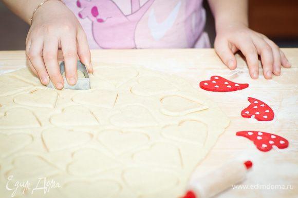 и начинаем вырезать сердечки с помощью формочек