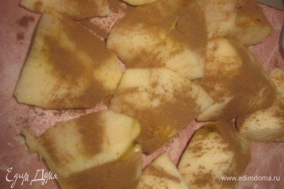 Яблоки нарезать на кусочки,центр посыпать сахаром,сверху-корицей. Тесто раскатать и порезать на длинные полоски (их ширина должна быть около 2 см). При помощи кисти смазать полоски яйцом.