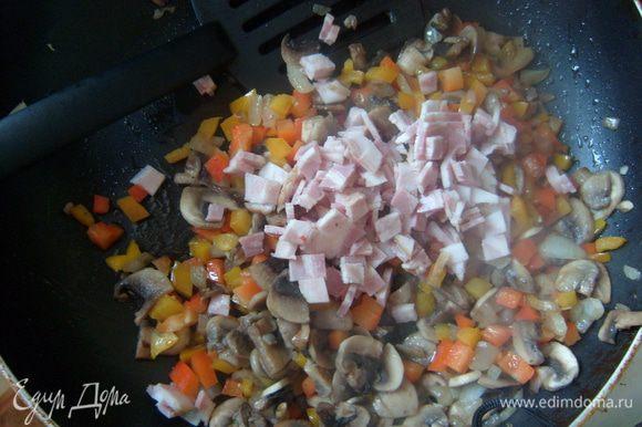 Затем добавить бекон, специи и тушить 5-7 минут.