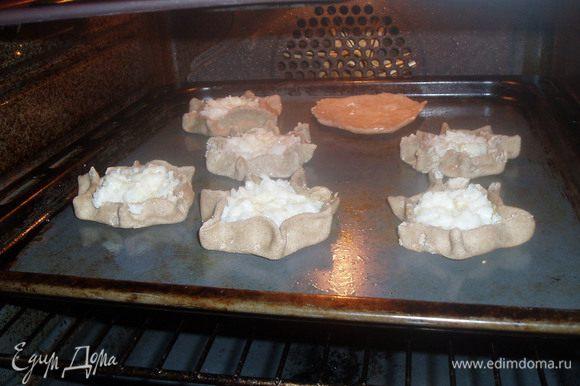 Разделить тесто на 15 кусочков и из каждого раскатать лепешку.На середину выложить начинку, края аккуратно защипнуть.В центр пирожка положить кусочек масла и в выпекать при 220 С 20 минут.