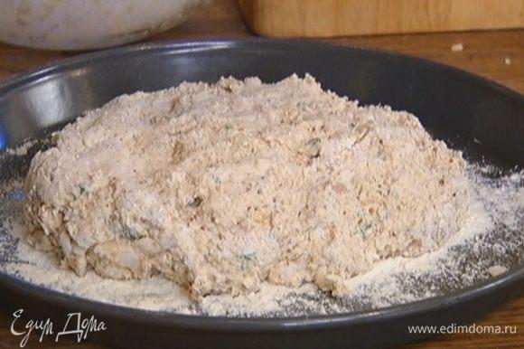 Присыпать противень мукой, выложить тесто, придав ему округлую форму (можно сделать на нем надрезы), сверху слегка присыпать его мукой.