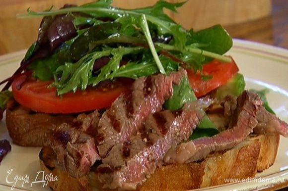На другую половинку чиабатты выложить кусочки поджаренного мяса и сложить обе половины вместе начинкой внутрь.